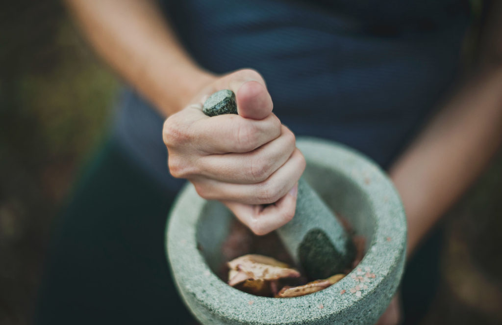 mortar and pestle grinding spices